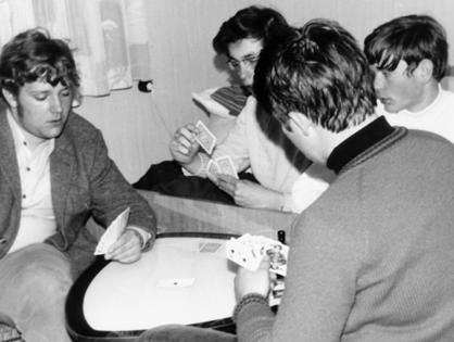 Stammtischbrüder beim Skat im Jahr 1970